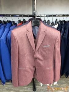Пиджак укороченный, приталенный розовый с отделкой карманов серым цветом, на 2-х пуговицах.