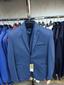 Пиджак укороченный, приталенный синий на одной пуговице с узкими лацканами.
