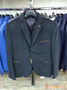 Пиджак укороченный, приталенный цвета морской волны,на одной пуговице,с узкими лацканами,с отделкой петлицы и карманов коричнивым кантом.