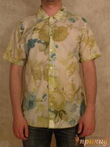 Рубашка летняя приталенная с коротким рукавом в цветочки.