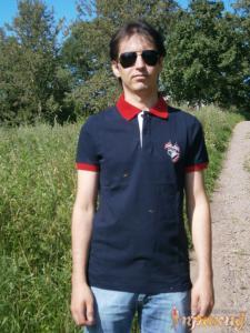 Синяя футболка POLO с белой планкой и красным воротничком и красными полосками на коротких рукавах