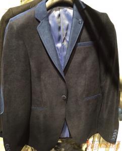 Пиджак чёрный с синим лацканом на одной пуговице