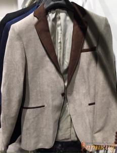 Светлый пиджак с коричневыми вставками на одной пуговице