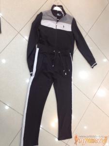 Чёрный спортивный костюм с серой и белой полосой