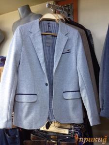 Пиджак серый с чёрными полосками над карманами и подкладкой в клеточку ARMANI