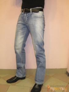 Джинсы светло-синие с украшенными задними карманами