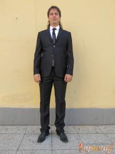 Костюм сильно приталенный с узкими брюками мужской чёрный.