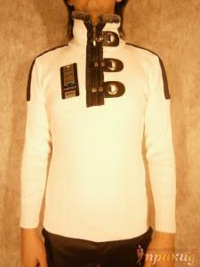Белый свитер с разрезом на молнии и стильными застёжками