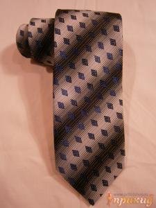 Белый галстук с чёрными полосами и ромбовым синим узором