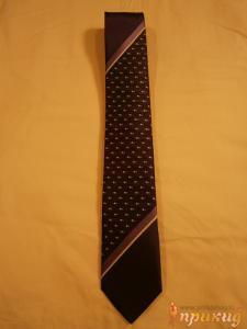Чёрный галстук с сиреневыми и белыми наклонными полосами и точечными рисунками