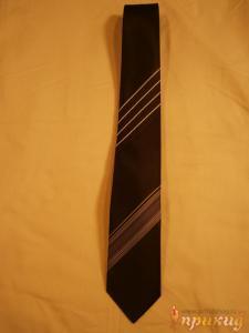 Чёрный галстук в наклонную белую полосу