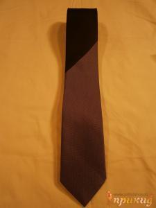 Чёрно-белый рисунок на чёрном галстуке.