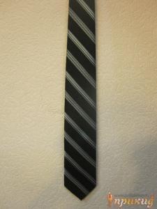 Чёрный галстук с различными полосами белого цвета